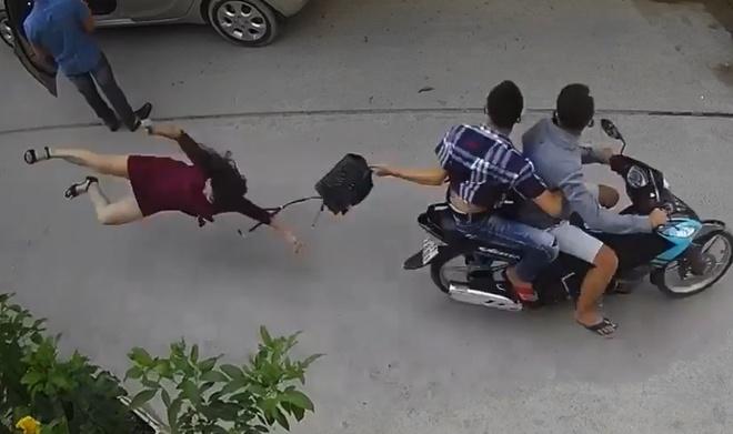"""Vụ clip bị giật túi xách, người phụ nữ ngã đập mặt xuống đường: """"Gô nhóc"""" và """"Mèo"""" bị bắt là ai? - Ảnh 1"""