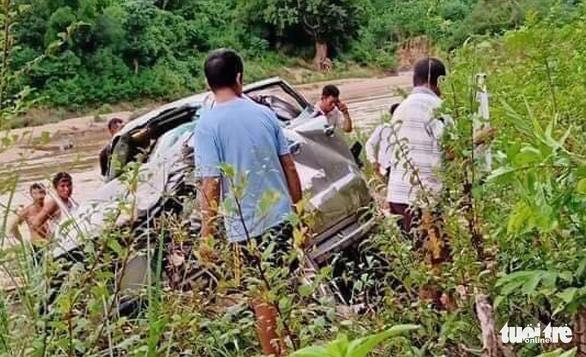 Tin tai nạn giao thông mới nhất ngày 4/10/2020: Ô tô rơi xuống vực, thầy hiệu phó và cô giáo tử vong - Ảnh 1