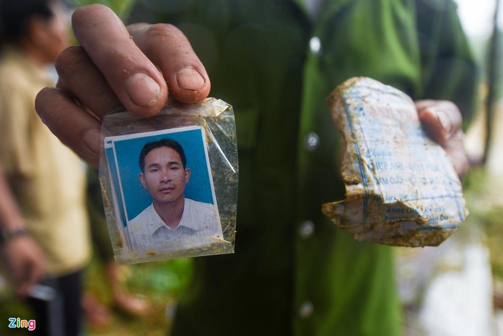 Vụ sạt lở kinh hoàng ở Trà Leng: Xúc động tìm thấy tấm ảnh thẻ, chiếc cặp da của Bí thư xã - Ảnh 1
