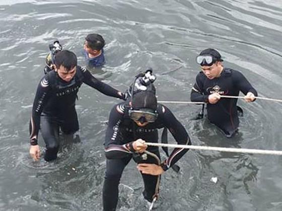 Vụ người đàn ông nhảy cầu Nguyễn Văn Cừ xuống kênh Tàu Hủ: Tìm thấy thi thể nạn nhân - Ảnh 1