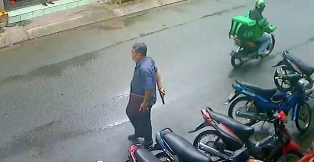 Vụ clip người đàn ông nghi cầm súng, lên đạn dọa 2 phụ nữ: Xuất hiện tình tiết bất ngờ - Ảnh 1