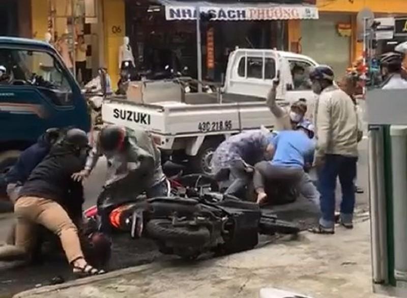 Cảnh sát Đà Nẵng nổ 3 phát súng chỉ thiên, trấn áp 2 nghi phạm trộm xe máy giữa đường phố - Ảnh 1