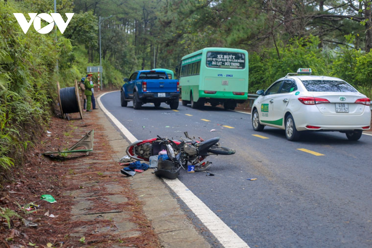 Tin tai nạn giao thông ngày 12/11: Ô tô tông loạt xe máy, nhiều người nằm la liệt trên đường - Ảnh 2