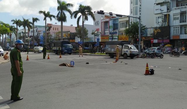 Đang dừng đèn đỏ, cô gái bị ô tô tải tông tử vong: Gặp nạn lúc đi chuyển tiền - Ảnh 1