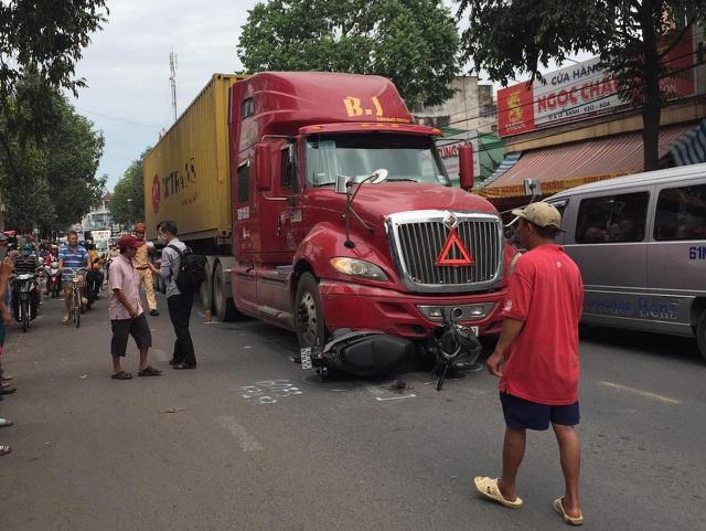 Tin tức tai nạn giao thông ngày 25/11: Ford Everest vượt xe đầu kéo, tông chết 2 phụ nữ đi xe máy ở Hà Giang - Ảnh 2