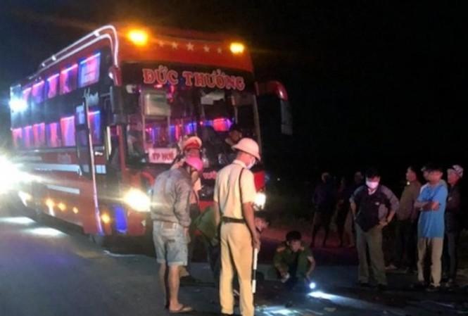 Tin tức tai nạn giao thông ngày 28/11: Diễn phun lửa trước quán nhậu, thiếu nữ bị xe tông thiệt mạng - Ảnh 2