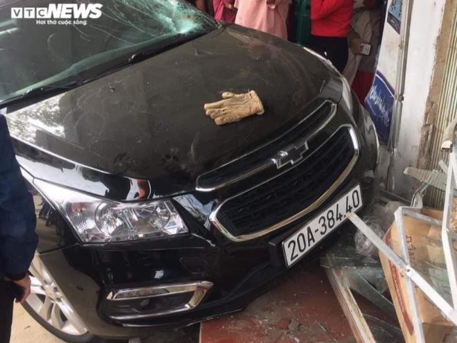 Tin tức tai nạn giao thông ngày 30/11: Ô tô tông xe máy ở Thái Nguyên, bé trai văng lên nóc nhà - Ảnh 1