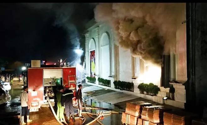Nóng: Cháy quán bar X5 ở Vĩnh Phúc, 3 nữ vũ công tử vong - Ảnh 1
