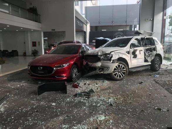 Tin tức tai nạn giao thông ngày 11/12: Nữ tài xế lái ô tô lao vào showroom Mazda - Ảnh 1