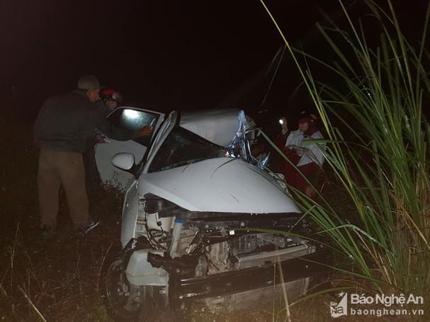 Ô tô con đấu đầu xe tải ở dốc Ba Cô, tài xế chết kẹt trong cabin - Ảnh 1