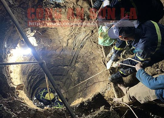 Đưa thi thể người đàn ông rơi xuống giếng sâu 12m lên bờ ở Sơn La - Ảnh 1