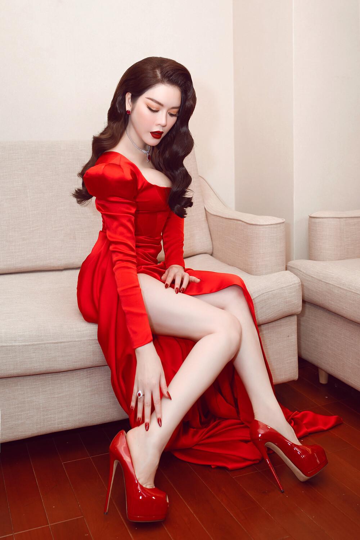 Lý Nhã Kỳ mặc sexy, đeo trang sức 5 tỷ đồng đi chấm thi hoa hậu - Ảnh 4