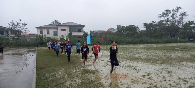Vụ học sinh thi đấu thể thao giữa trời mưa rét: Lãnh đạo phòng giáo dục huyện giải trình gì? - Ảnh 1