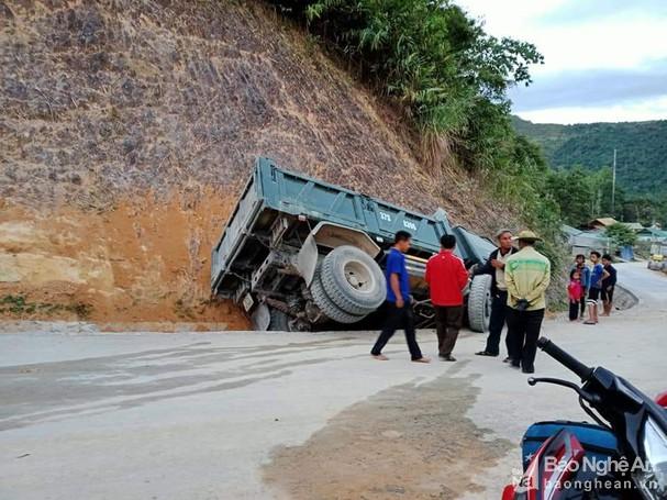 Tin tai nạn giao thông ngày 27/12/2020: Xe máy tông đuôi ô tô đầu kéo, thanh niên tử vong - Ảnh 2