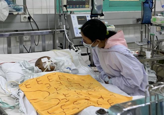 Vụ bé trai 4 tuổi bị người nhà cầm kéo đâm xuyên mắt: Đẫm nước mắt lời người mẹ - Ảnh 1