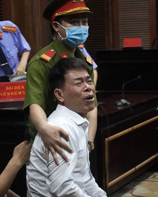 Lĩnh 17 tháng tù, cựu Phó chánh án Nguyễn Hải Nam liên tục khóc gọi bố - Ảnh 1