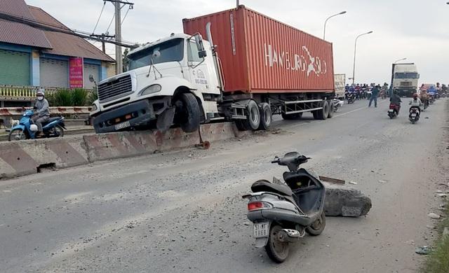 Tin tai nạn giao thông ngày 1/1/2021: Xe bán tải tông liên hoàn, 1 người chết - Ảnh 2