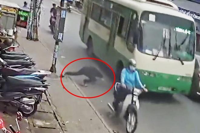 Vụ thanh niên bất ngờ lao vào gầm xe buýt, bị cán tử vong: Nhân chứng nói gì? - Ảnh 2