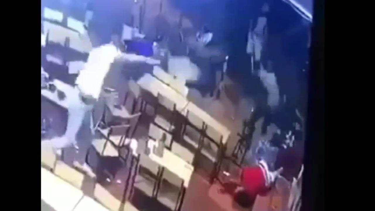 Vụ nam thanh niên bị chém gục trong quán nhậu: 5 nghi phạm ra đầu thú - Ảnh 1