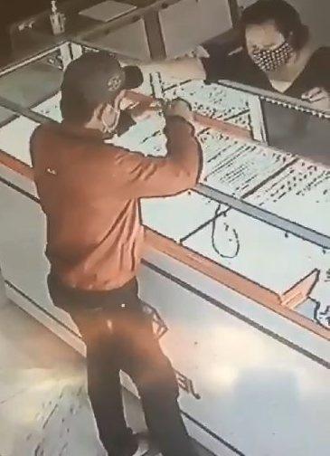 Chủ tiệm vàng treo thưởng 50 triệu cho người cung cấp thông tin nghi phạm giật 2 sợi dây chuyền - Ảnh 1
