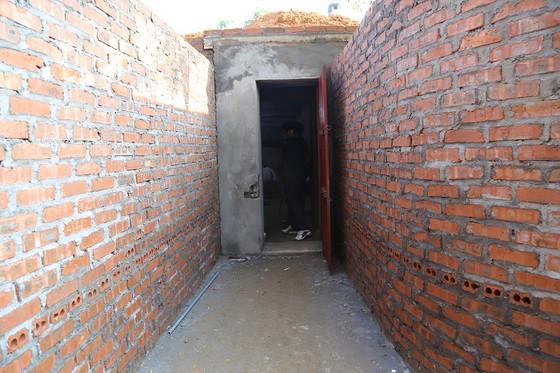 Phá sới bạc ở Vĩnh Phúc: Xây hầm bí mật trên đồi vắng, hệ thống cửa 3 lớp thép bảo vệ - Ảnh 1