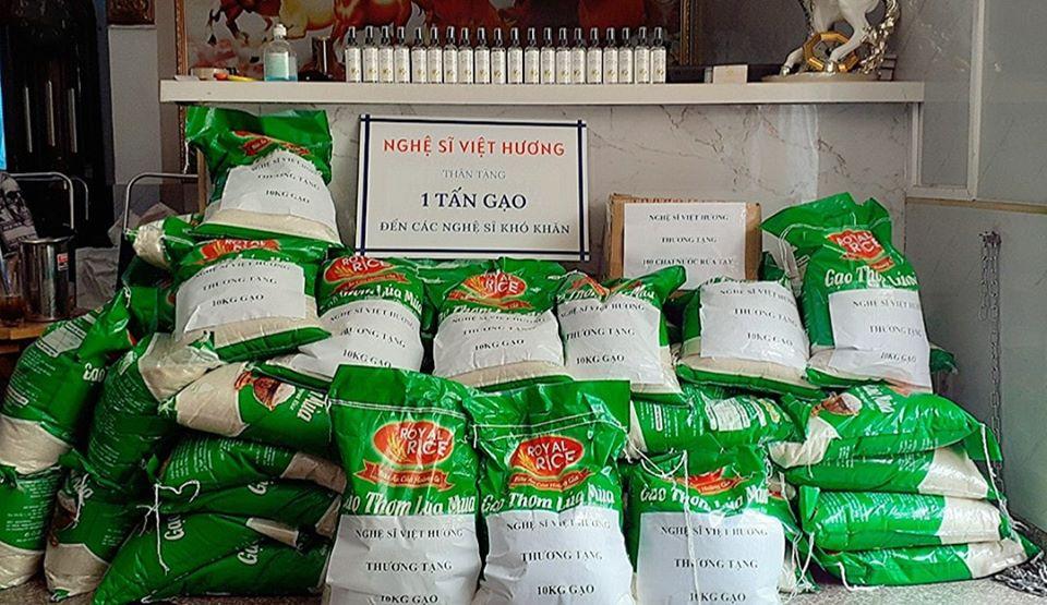 Việt Hương tặng 1 tấn gạo đến các nghệ sĩ khó khăn trong mùa dịch - Ảnh 1