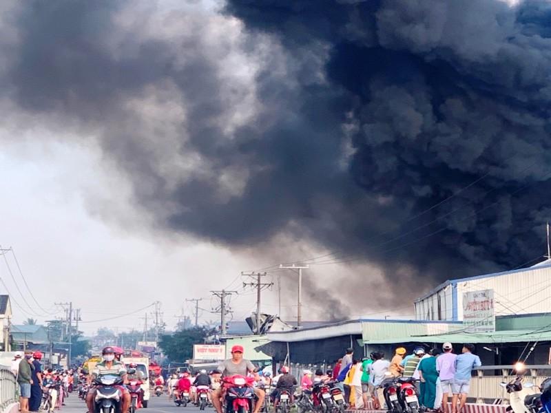 Đang cháy lớn tại công ty sản xuất bao bì ở Tiền Giang: Phó giám đốc công an tỉnh chỉ đạo chữa cháy - Ảnh 1