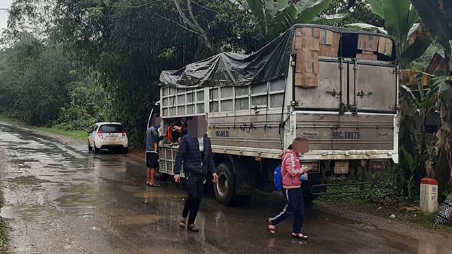 15 người ngồi thùng xe tải để đi dự đám tang - Ảnh 1