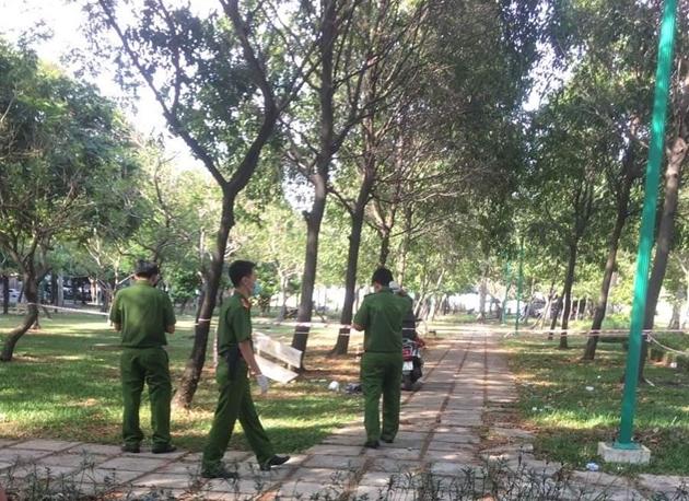 Hiện trường vụ phát hiện thi thể nam thanh niên trong công viên, bên cạnh có kim tiêm - Ảnh 1