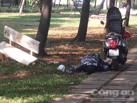 Hiện trường vụ phát hiện thi thể nam thanh niên trong công viên, bên cạnh có kim tiêm - Ảnh 2