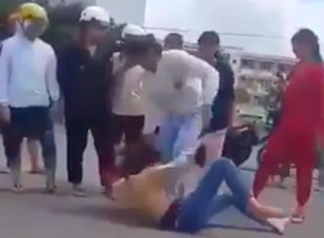 Clip cô gái 18 tuổi bị nhóm người lên gối, đánh tới tấp: Nạn nhân nhiều lần bị hành hung - Ảnh 1