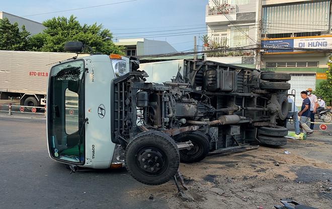 Tin tai nạn giao thông mới nhất ngày 16/5/2020: Bị xe tải lùi trúng, bà tử vong, mẹ và con bị thương nặng - Ảnh 2