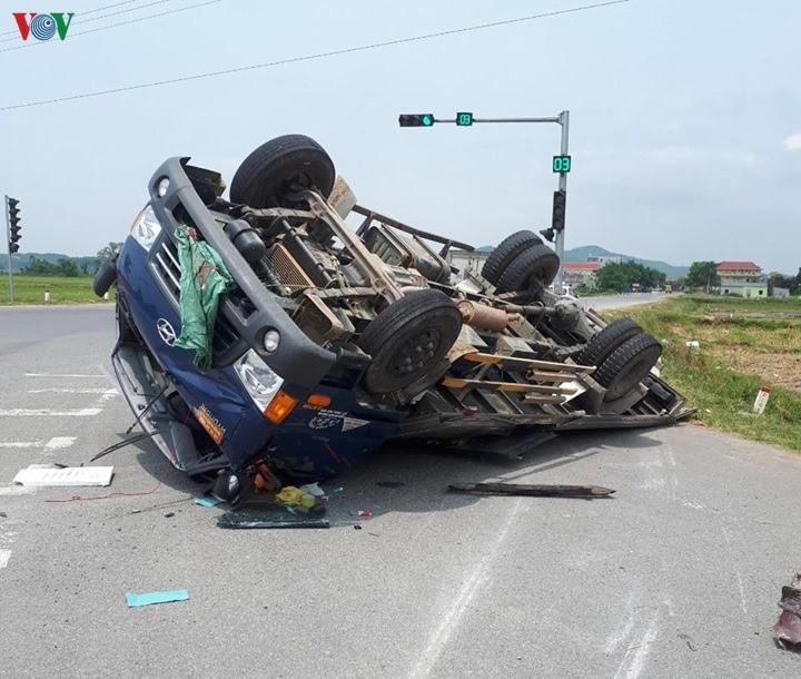Tin tai nạn giao thông mới nhất ngày 28/5/2020: Xe tải lao vào nhà dân, 2 cháu nhỏ thoát chết trong gang tấc - Ảnh 2