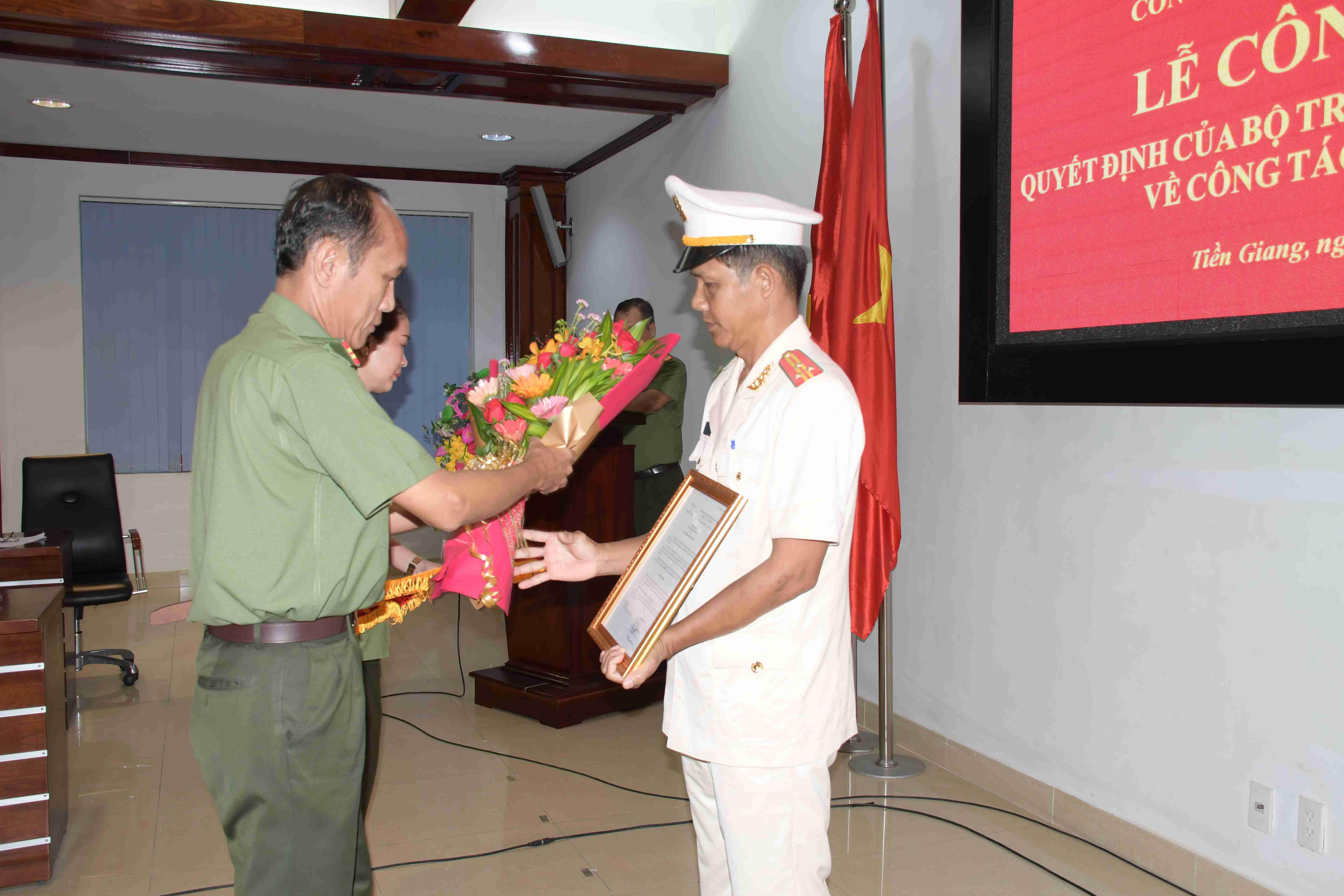 Bộ Công an điều động, bổ nhiệm 8 chỉ huy thuộc Công an Tiền Giang - Ảnh 2