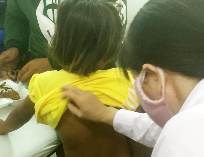 Vụ clip cha trói con gái 6 tuổi vào cột, đánh dã man: Nạn nhân thường xuyên bị đánh - Ảnh 1