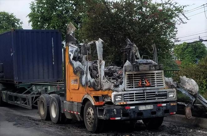 Tin tai nạn giao thông mới nhất ngày 9/5/2020: Tài xế bung cửa thoát khỏi cabin khi xe đầu kéo bất ngờ bốc cháy - Ảnh 1