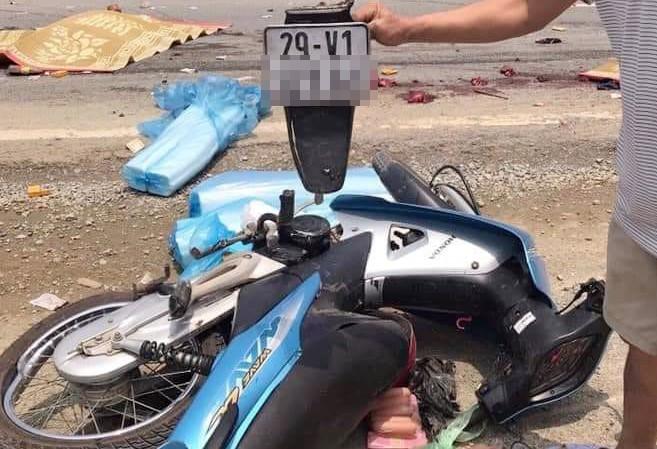 Hiện trường vụ xe máy va chạm với xe đầu kéo, 2 mẹ con tử vong - Ảnh 1