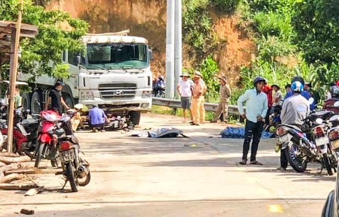 Tin tai nạn giao thông mới nhất ngày 11/6/2020: Xe máy đâm trực diện ô tô tải, 2 người chết - Ảnh 1
