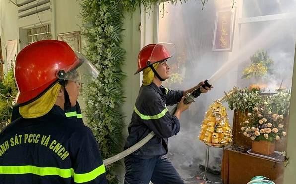 Đang tổ chức đám tang, ngôi nhà bất ngờ bốc cháy - Ảnh 1