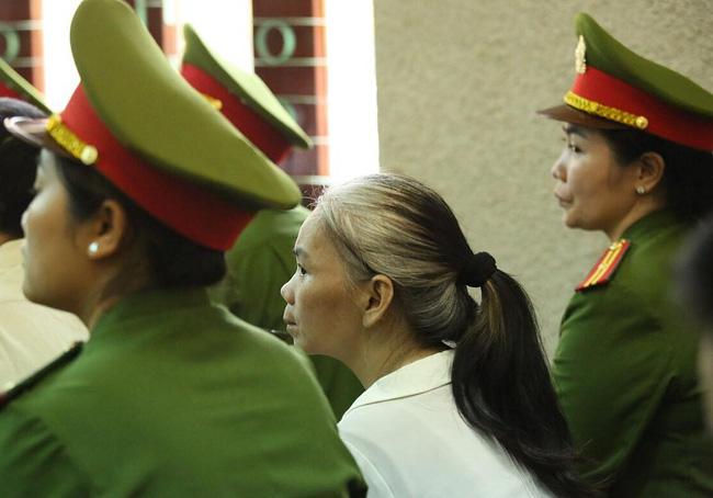 Phúc thẩm vụ sát hại nữ sinh giao gà: Bùi Thị Kim Thu gây bất ngờ với diện mạo khác lạ, tóc bạc trắng - Ảnh 1