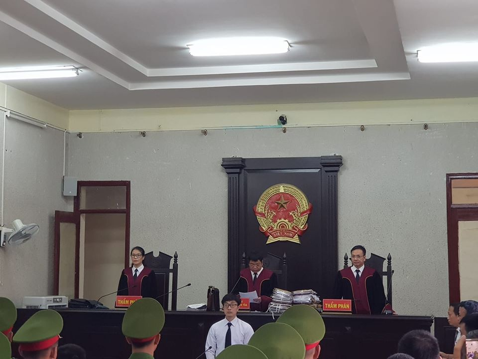 Phúc thẩm vụ sát hại nữ sinh giao gà: Bùi Thị Kim Thu gây bất ngờ với diện mạo khác lạ, tóc bạc trắng - Ảnh 3