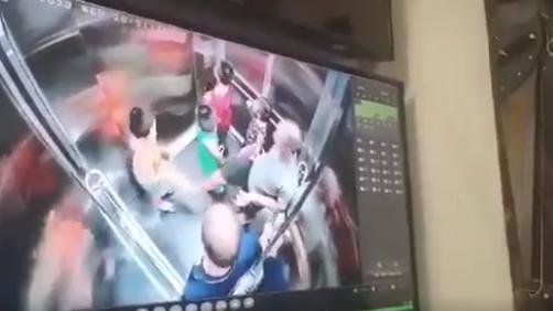 Clip người đàn ông lấy chân chạm vào vùng kín bé trai trong thang máy: Mẹ bé trai nói gì? - Ảnh 1