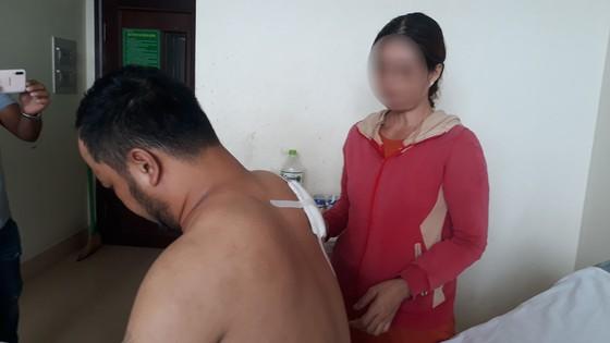 Người đàn ông tên Hong Kong bị 2 thanh niên xông vào nhà nghỉ đâm thủng phổi - Ảnh 1
