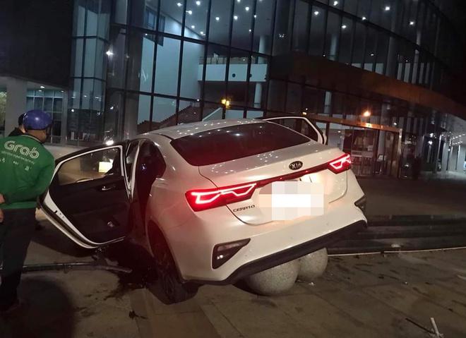 Tin tai nạn giao thông mới nhất ngày 22/6/2020: Xe đầu kéo chở than lật đè bẹp xe máy, 2 mẹ con tử vong - Ảnh 2