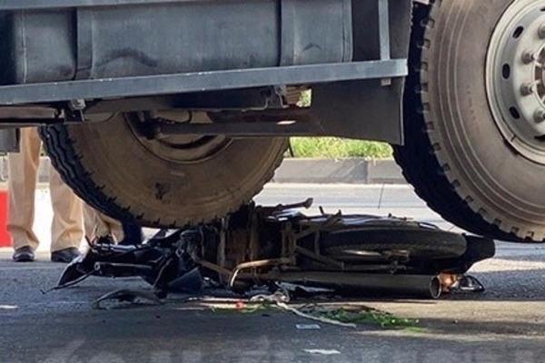 Tin tai nạn giao thông mới nhất ngày 24/6/2020: Vợ gào thét thảm thiết cạnh thi thể chồng dưới gầm xe ben - Ảnh 2