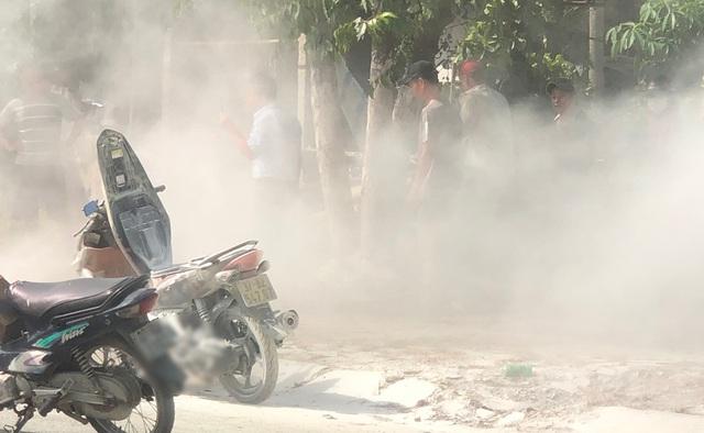 Tin tai nạn giao thông mới nhất ngày 25/6/2020: Xe máy bốc cháy trước cây xăng, người phụ nữ hoảng hốt kêu cứu - Ảnh 1