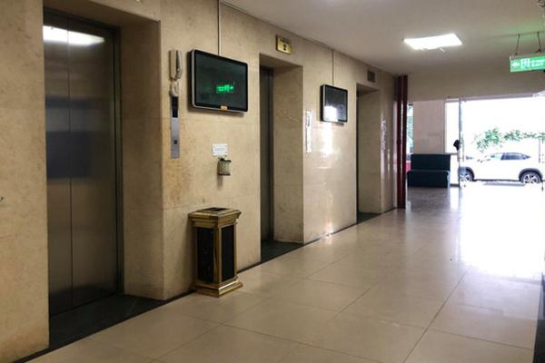 Cụ ông 65 tuổi bị khởi điều tra vụ dâm ô bé trai trong thang máy chung cư - Ảnh 1