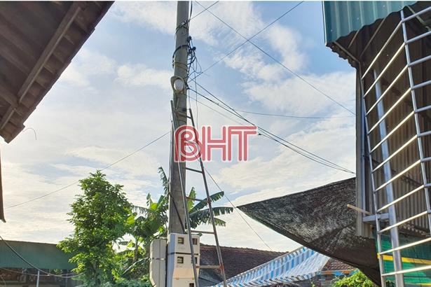 Buộc bạt che nắng, 3 người ở Hà Tĩnh bị điện giật tử vong - Ảnh 1