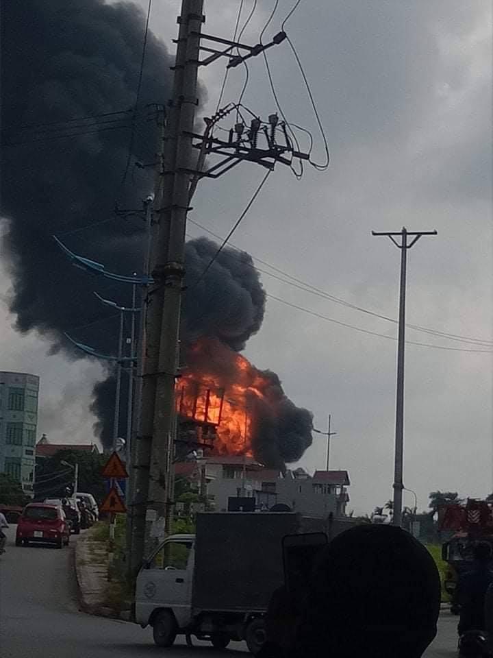 Hà Nội: Cháy dữ dội tại xưởng hóa chất ở Long Biên, thùng phuy bắn tung lên trời - Ảnh 1