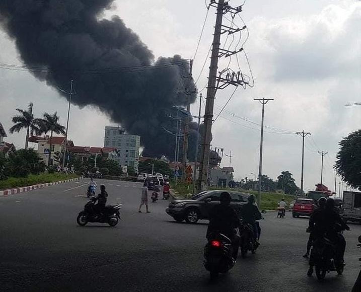 Hà Nội: Cháy dữ dội tại xưởng hóa chất ở Long Biên, thùng phuy bắn tung lên trời - Ảnh 2